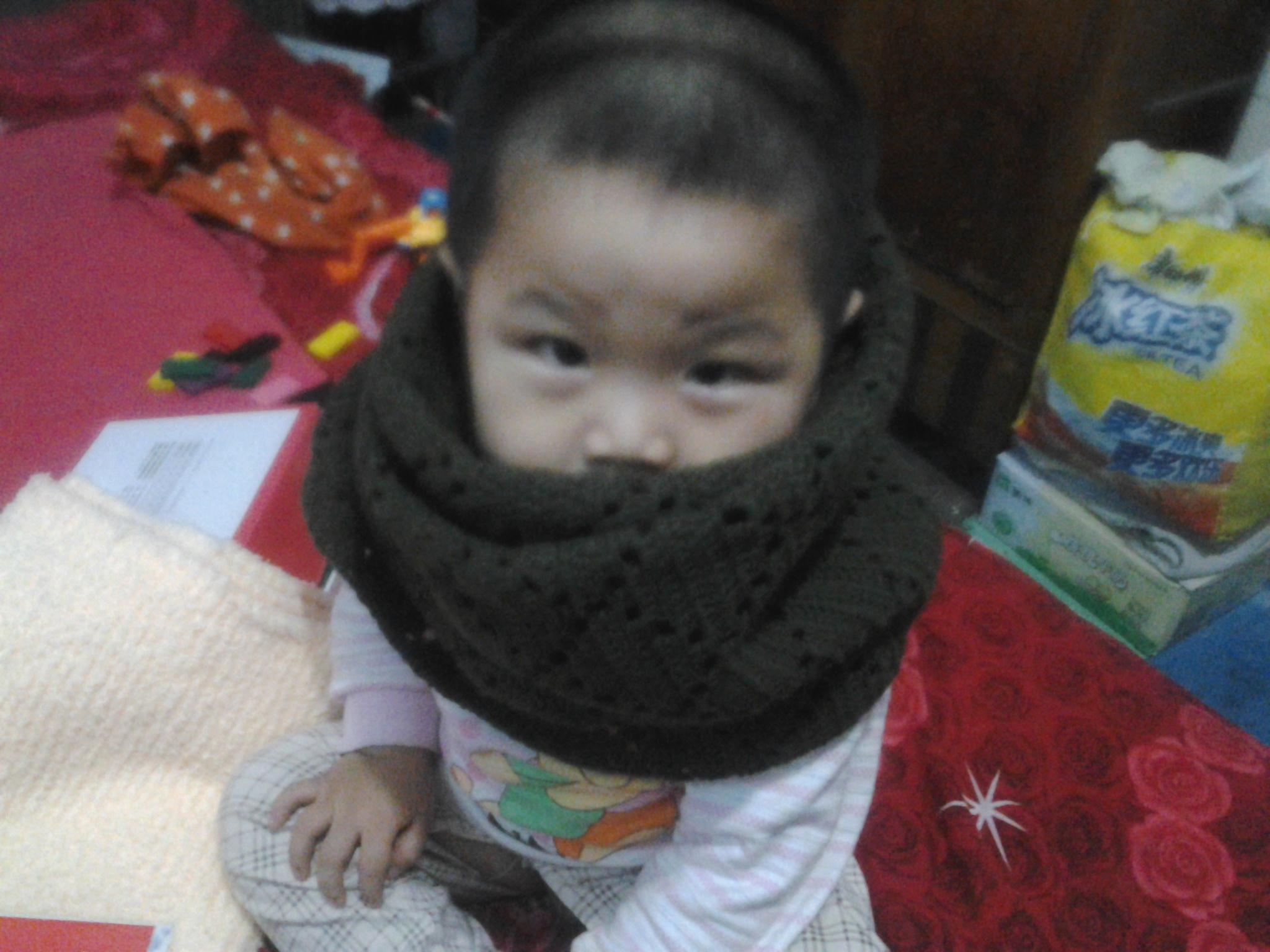 这是给老公钩的围巾,老公不在家 只好让宝贝给做模特乐