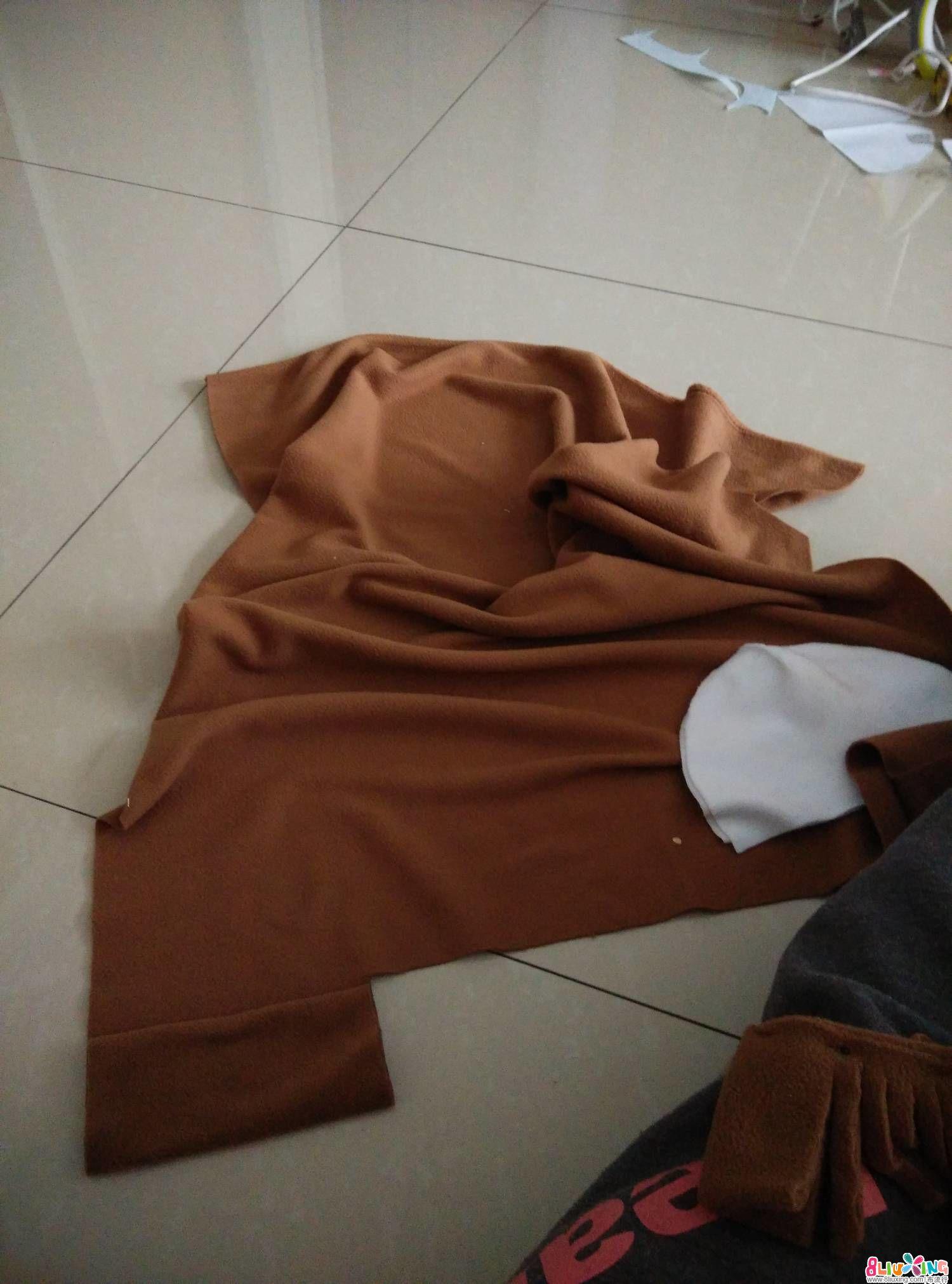 这一块是鬃毛的部分,剪一个比头高一半略长的布,我是指折叠三层后的长度,注意,布要折叠基层,这样鬃毛会 ...