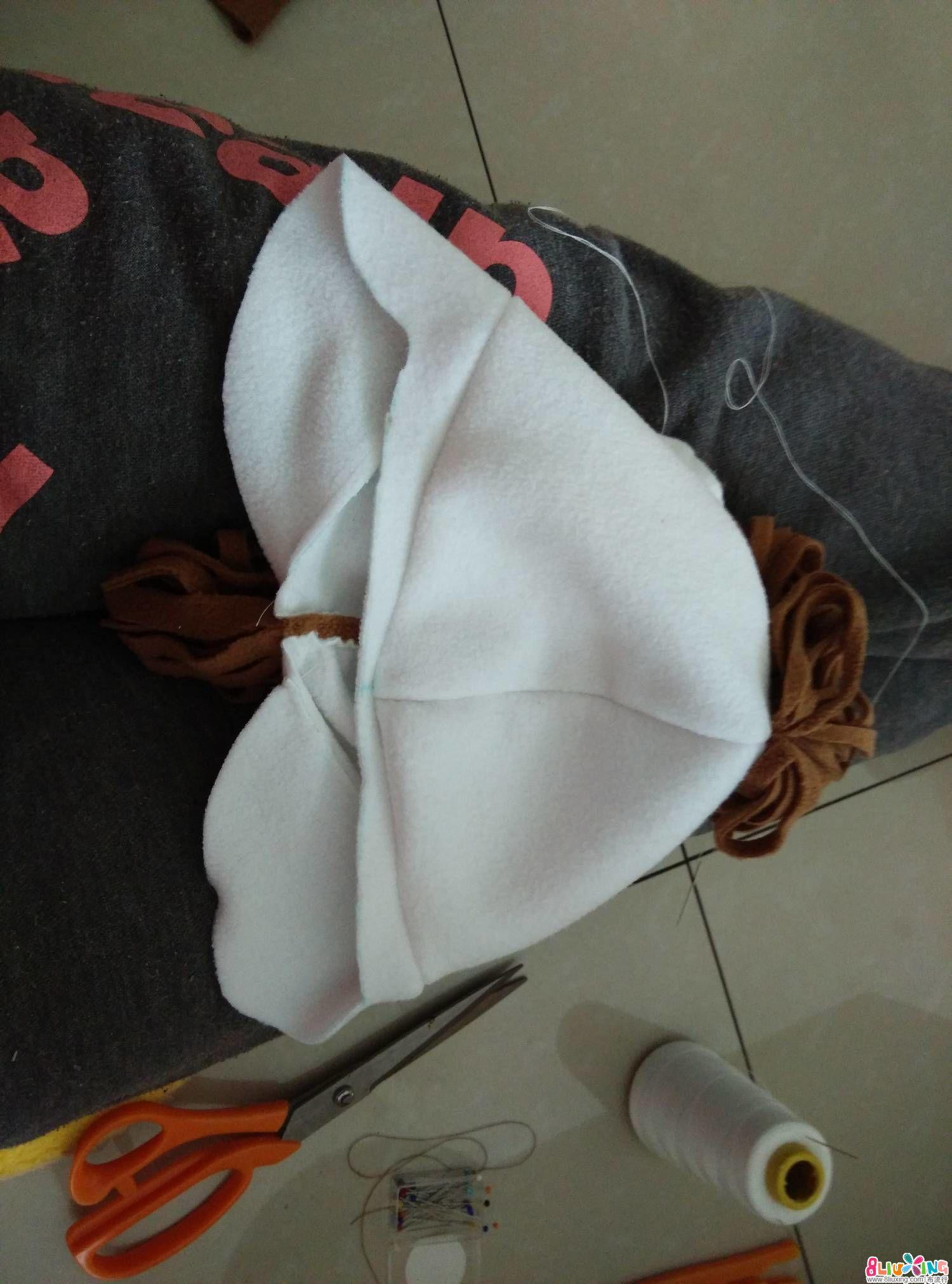 把护耳缝上,注意的是帽子的前中要与护耳的前中对齐