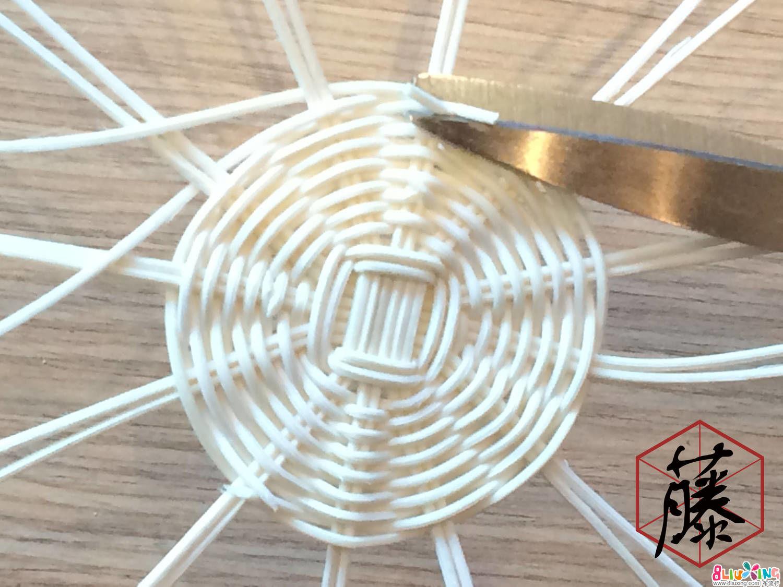 编织到适合的大小后(大小根据个人喜好),将接驳处多余的藤料修剪掉。
