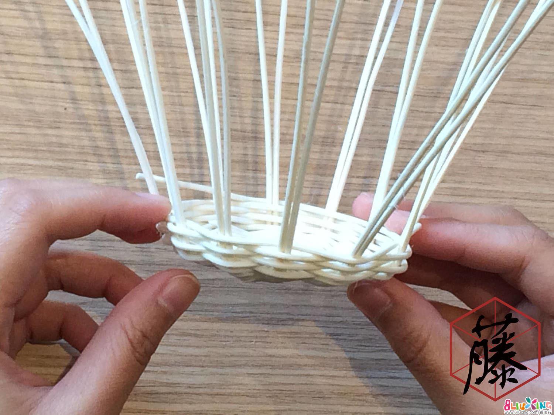 继续往上编织,编出弯曲的弧形。