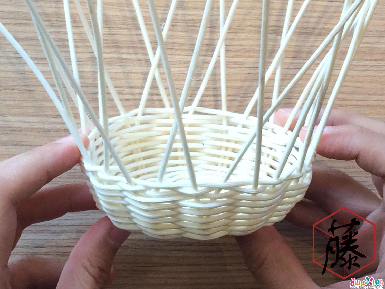 同理,另一条藤料用同样的织法编织一圈。用上述织法编织完一圈后,把多余藤料修剪掉。