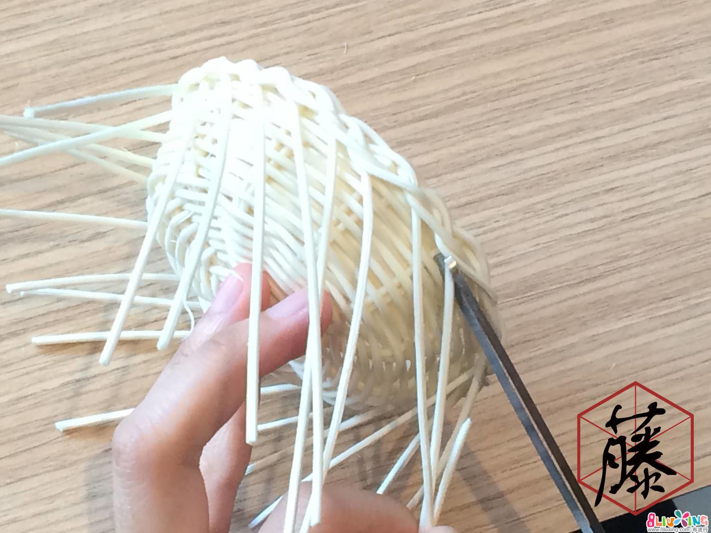 花边编织完成。把多余的藤料剪掉。