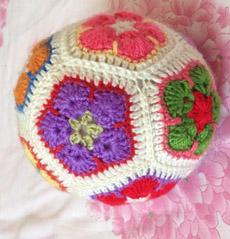 给我宝贝闺女钩织的小花球